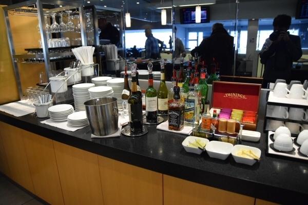 「デルタ スカイクラブ」には、アルコール類やソフトドリンク、軽食、お菓子などが用意されている
