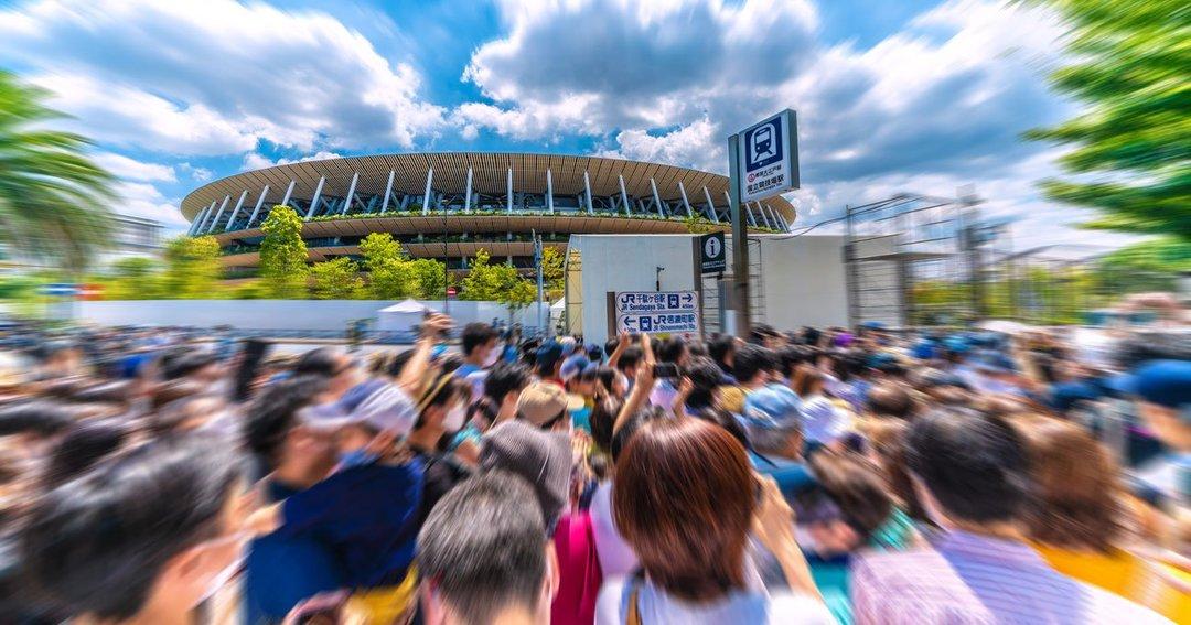 ブルーインパルスを見ようと国立競技場に集まった人たち