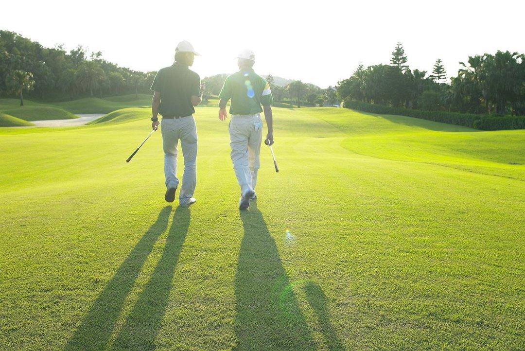 サントリー佐治会長がほれ込んだ、名門ゴルフ倶楽部での新浪社長のプレー姿