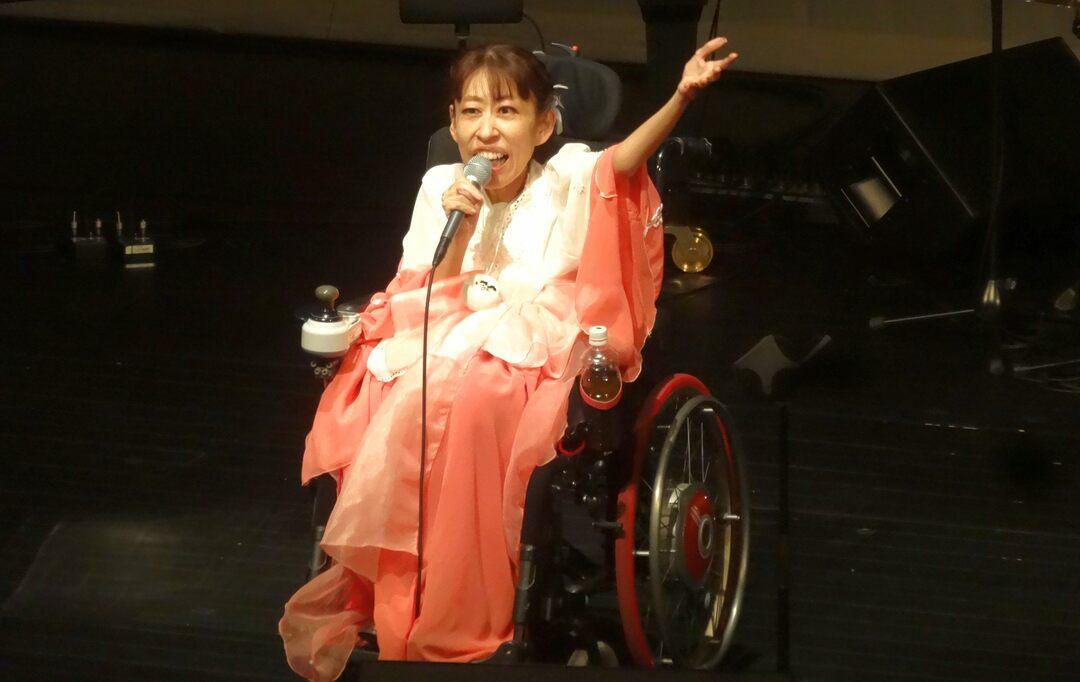 車椅子の歌姫、朝霧裕さんが生活保護に支えられて掴んだ「自立」とは