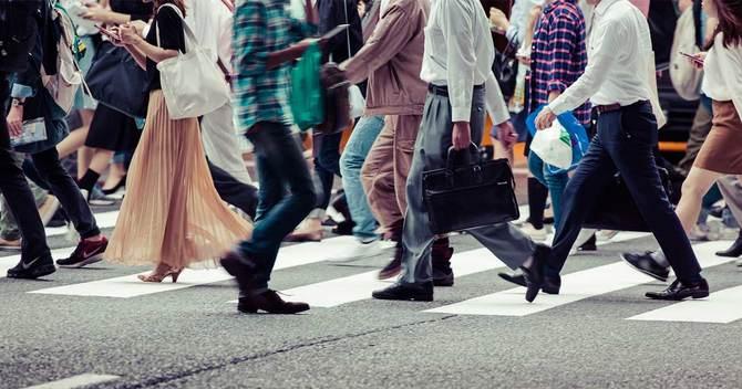 横断歩道を歩く人々