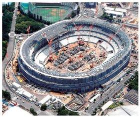 建設中の新国立競技場(2018年7月時点)。同競技場は2019年11月30日に完成した。東京オリンピック終了後も、国土強靭化など、建設業界にはこなしきれないほどの仕事がある。
