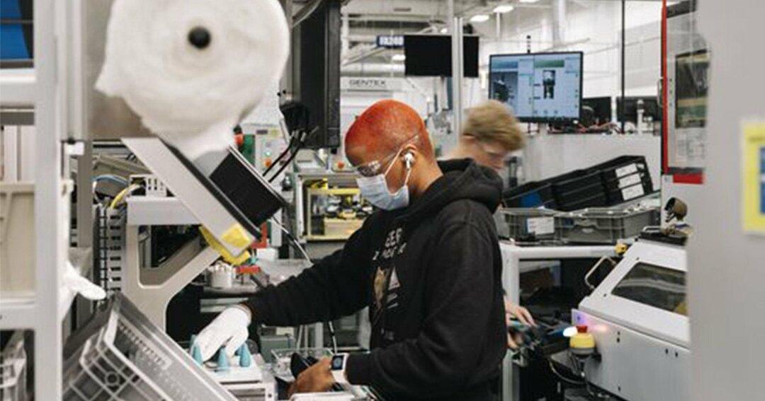ミシガン州を拠点とする自動車部品メーカー、ジェンテックスで働く従業員。米国の労働者で製造業分野の企業に雇用される比率は現在9%未満と、1980年代初頭の20%を下回る