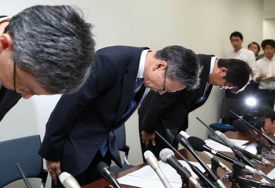 記者会見で頭を下げる関西電力社長ら