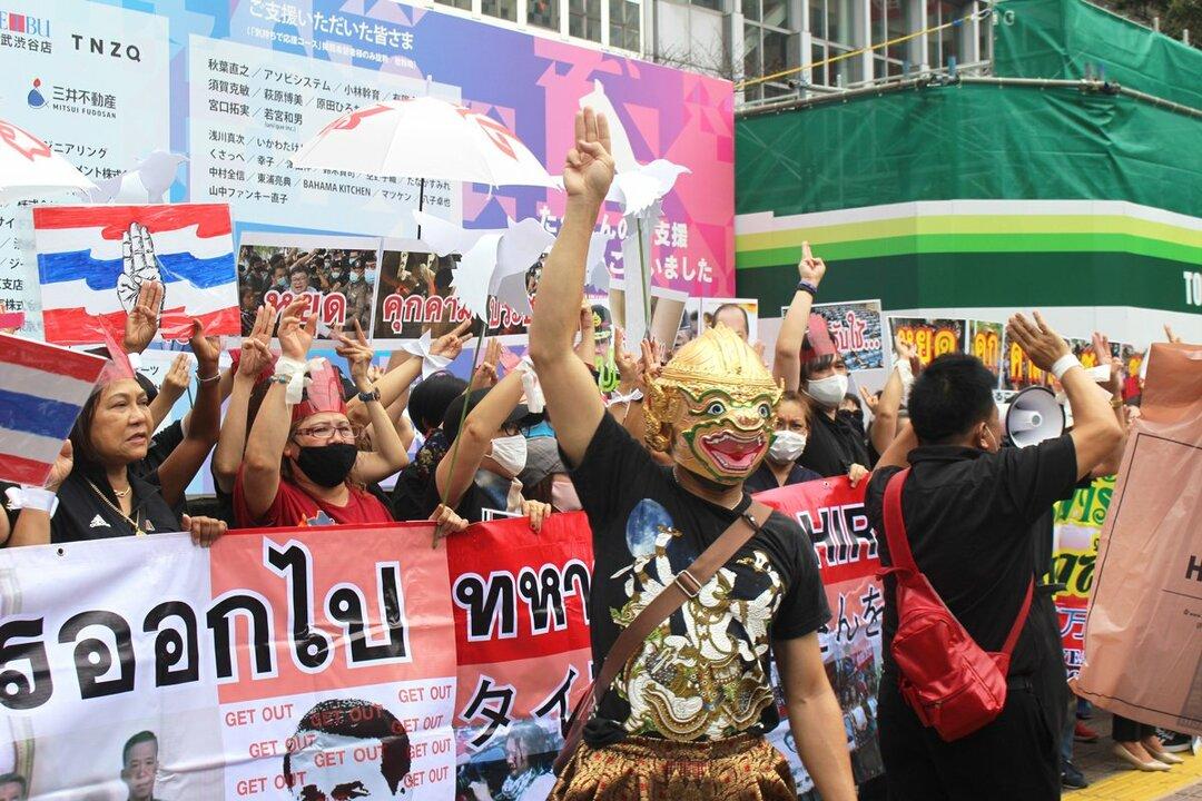 三本指を掲げることが政府に対する抵抗の証し。アメリカの映画「ハンガー・ゲーム」にちなんだもので、本国タイではデモの象徴になっている