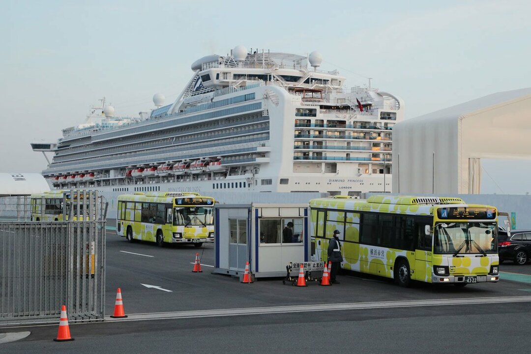 予定されていた下船が終わり、クルーズ船「ダイヤモンド・プリンセス」を離れる輸送用のバス(2月21日撮影)