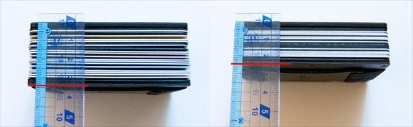 「エンボス加工ありのカード」と「エンボスレスカード」の厚みを比較