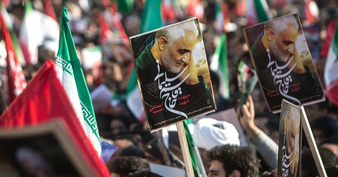 イランのテヘランで行われたイランのカッセム・ソレイマニ氏の葬式に集まる市民