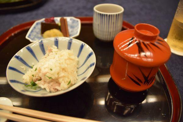 茶碗に盛り付けた「鯛飯」