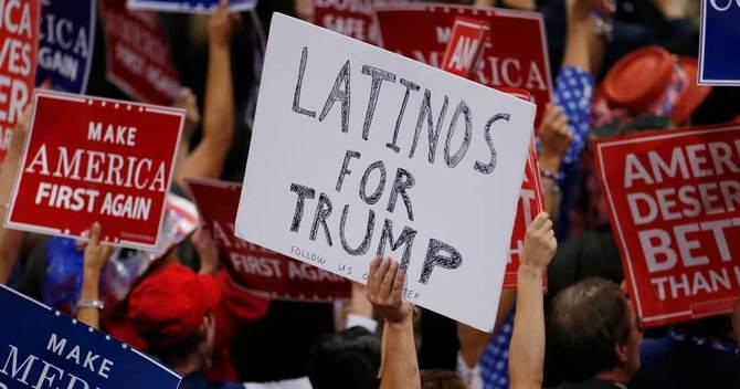 「トランプ支持のラティーノ」のプラカードを掲げる男性