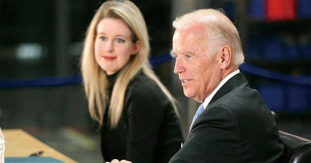 2015年7月、当時のジョー・バイデン副大統領と写真に収まるエリザベス・ホームズ氏