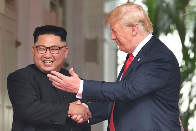 談笑するトランプ米大統領と金正恩朝鮮労働党委員長