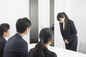 学生を採れる中小企業は、説明会ブースにいる社員が若い