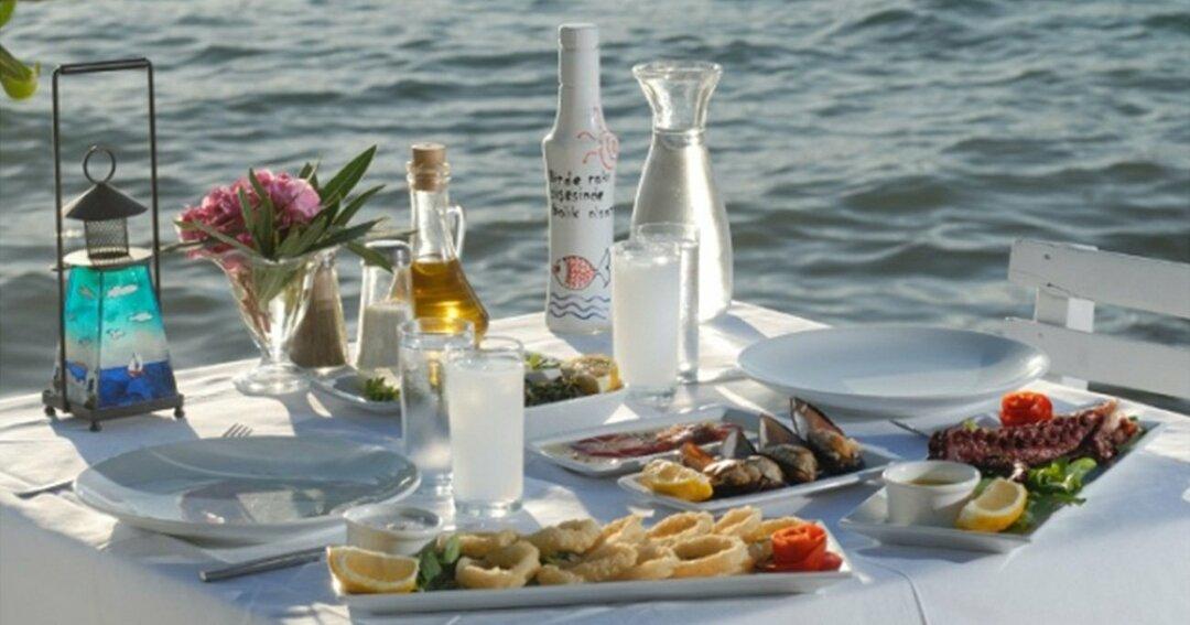 地中海沿岸で飲まれているウーゾ ©iStock