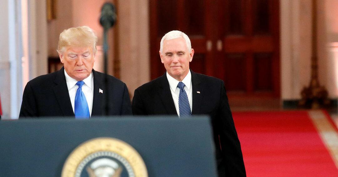 中間選挙を終えて会見に臨むトランプ大統領(左)とペンス副大統領
