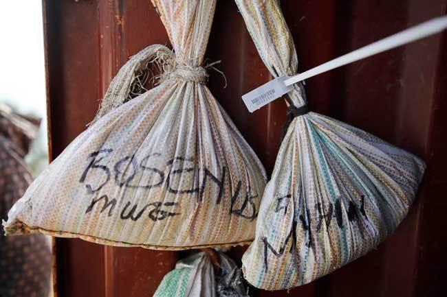バーコードが取り付けられたコルタンの鉱石の袋
