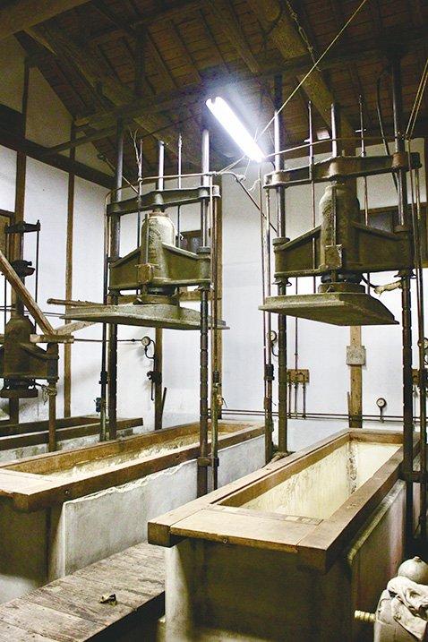 昔の搾り機の槽。海軍御用達時代の名残