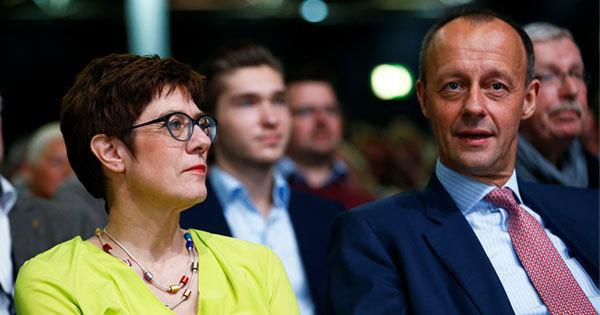 デュッセルドルフで開かれた会議に出席するクランプカレンバウアー氏とメルツ氏