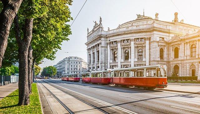 トラムとオペラ座。ウィーンを代表する風景