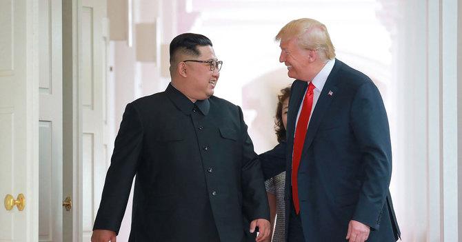 米朝首脳会談で笑顔を浮かべるトランプ大統領と金正恩委員長