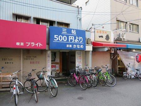 「1泊500円」宿の外観