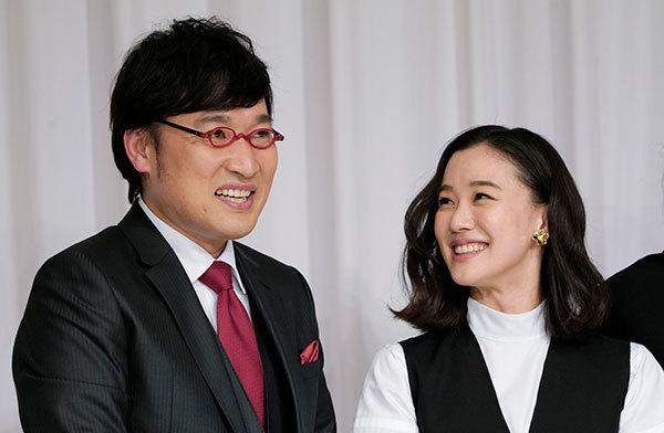 結婚を発表したお笑いコンビ・南海キャンディーズの山里亮太さん(左)と女優の蒼井優さん/時事通信