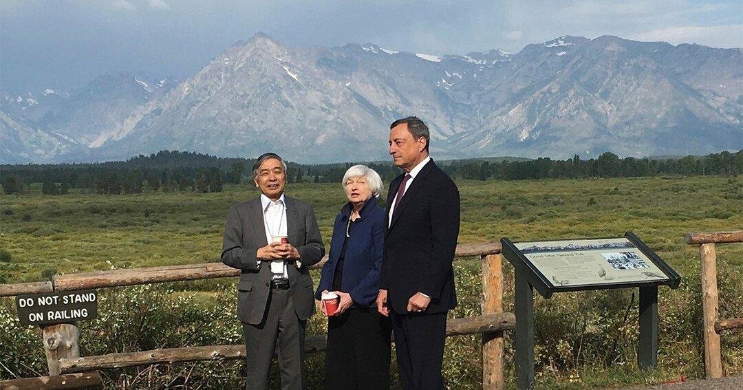 風光明媚な米ジャクソンホールで会話を交わす日本銀行の黒田東彦総裁、FRBのジャネット・イエレン議長、欧州中央銀行のマリオ・ドラギ総裁