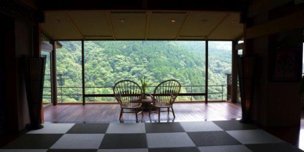 「箱根吟遊」の椅子