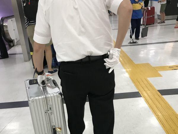 空港送迎サービスの運転手