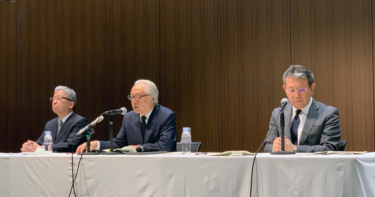 日本郵政が「強気の謝罪会見」、首脳陣続投の背景に政治の影