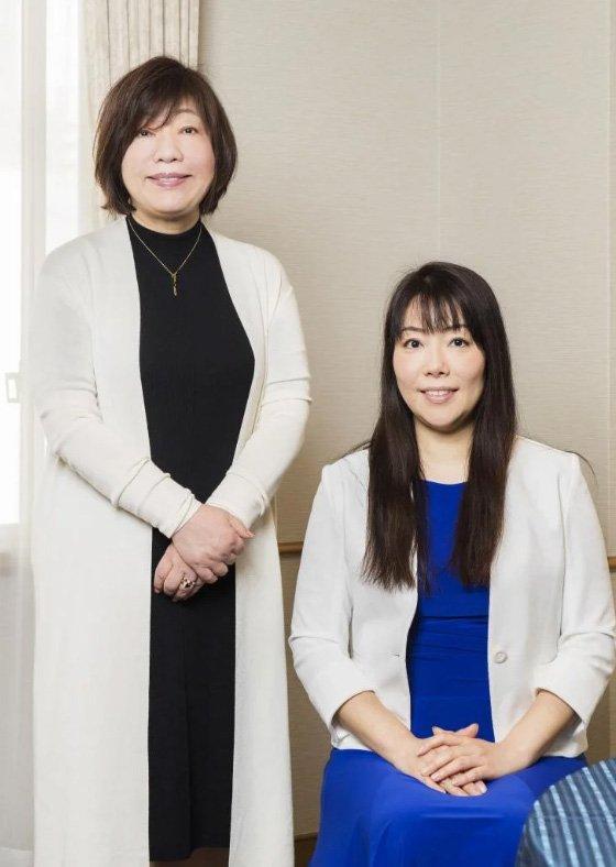 甲賀香織さん(右)と林真理子さん