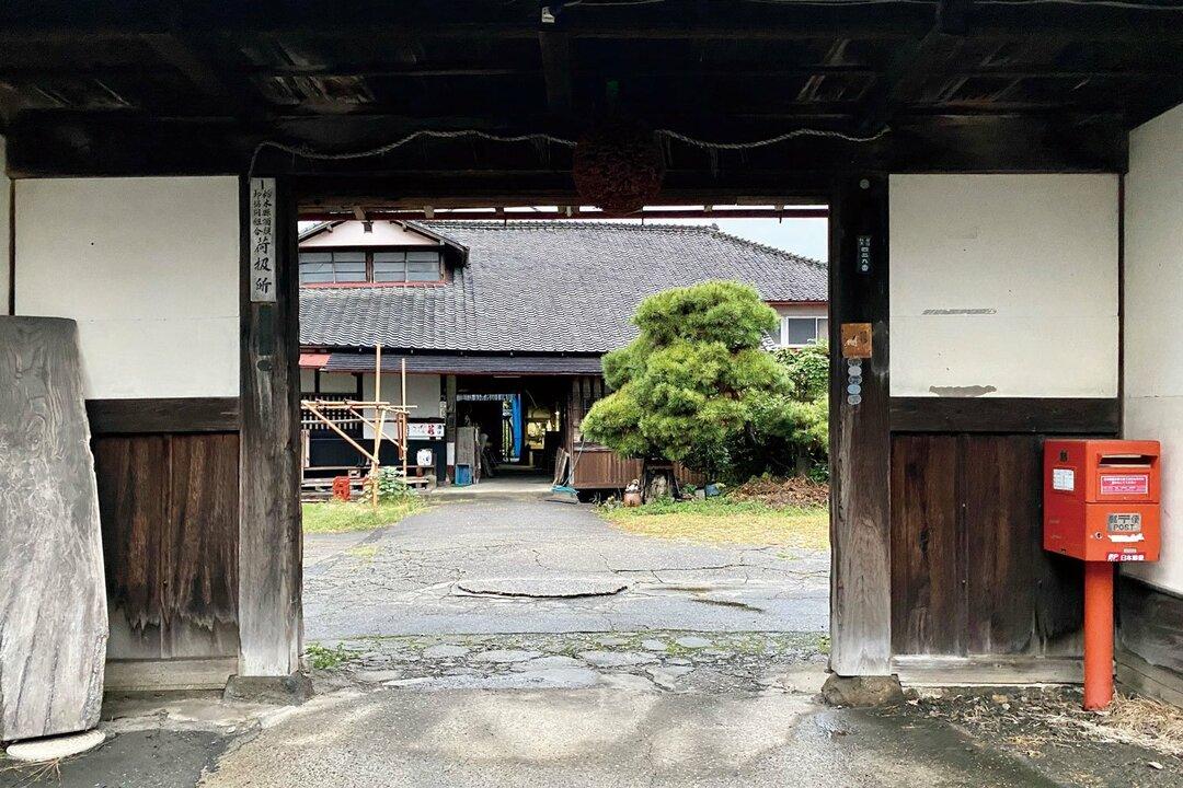 若駒酒造の正門と蔵。先祖が発注した瓦は特注品で、修理費が高いのが難
