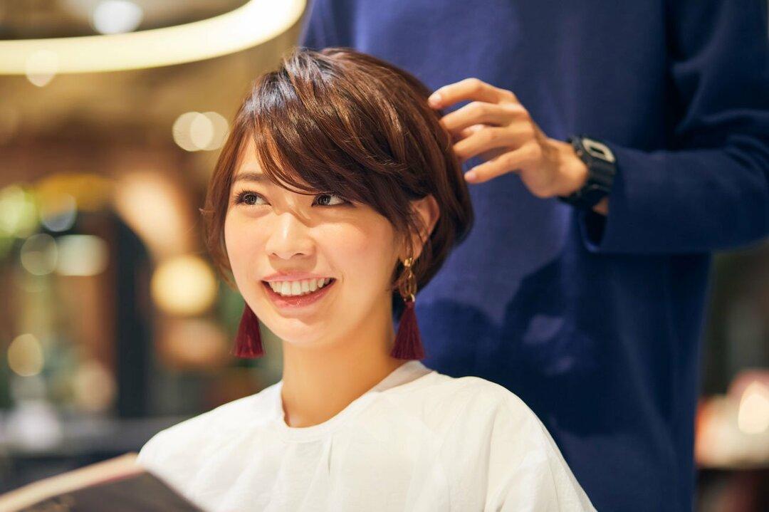 美容院で髪を切る女性のイメージ