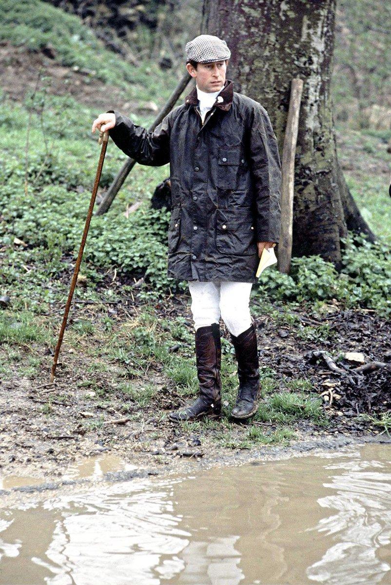 バブアーのジャケット「ソルウェイジッパー」を着て田園地帯を散策する、英国のチャールズ皇太子