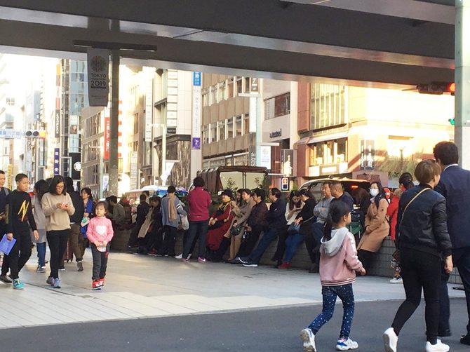 ほとんど何も買っていない中国人観光客。バスの待合所で