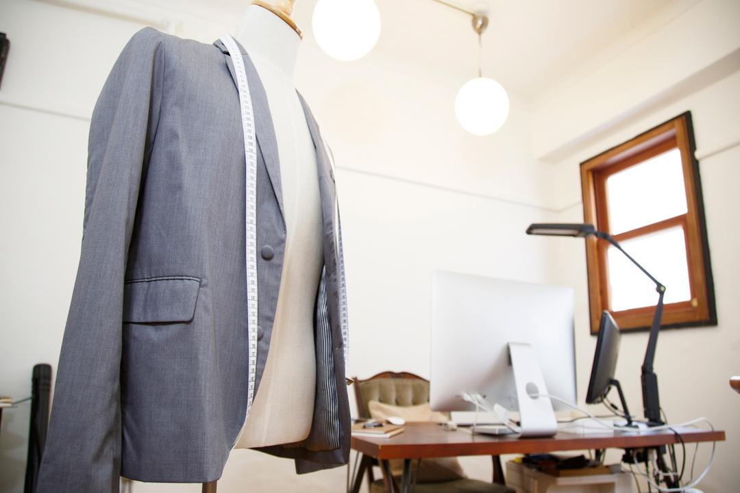 ジャケットのポケット、蓋は出すべきかしまうべきか?