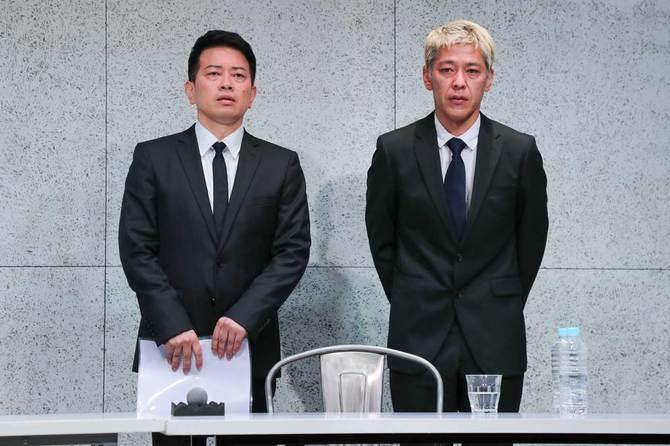 謝罪会見を開いた宮迫博之さん(左)と田村亮さん