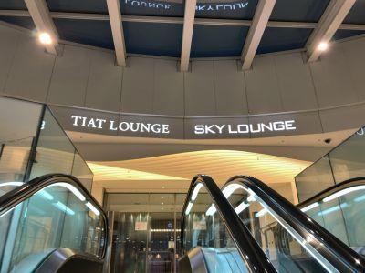 「TIAT LOUNGE」と「SKY LOUNGE」の専用エスカレーター