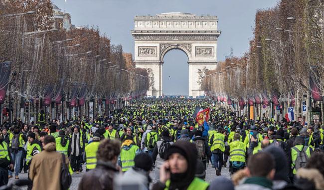 フランス全土で「黄色いジャケット」または「黄色いベスト」と呼ばれるデモが吹き荒れている