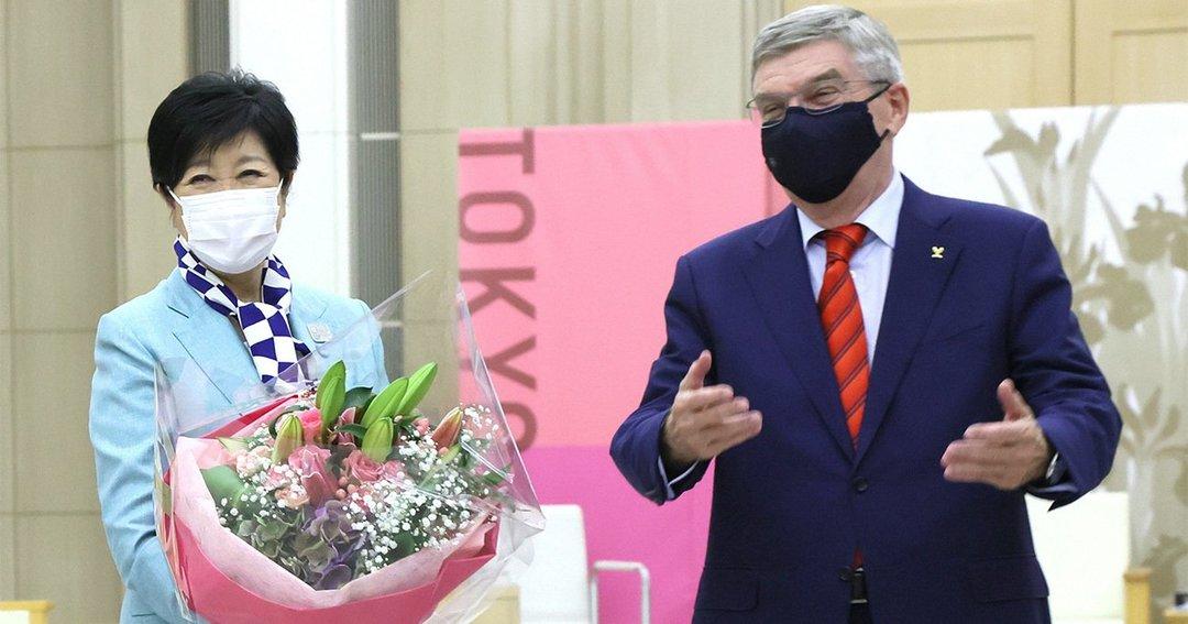 バッハ会長から誕生日をお祝いされる小池百合子東京都知事
