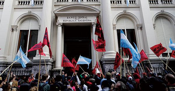アルゼンチン中央銀行の前で抗議デモ