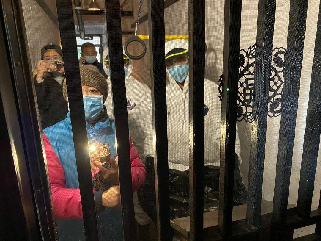 上海の自宅アパートに隔離されたジェームズ・アレディ記者のもとには防護服の市当局者らがごみ収集にやってきた