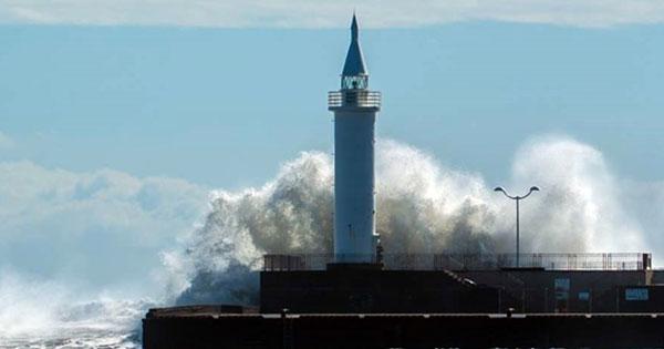 台風の影響で荒波が押し寄せる江の島灯台