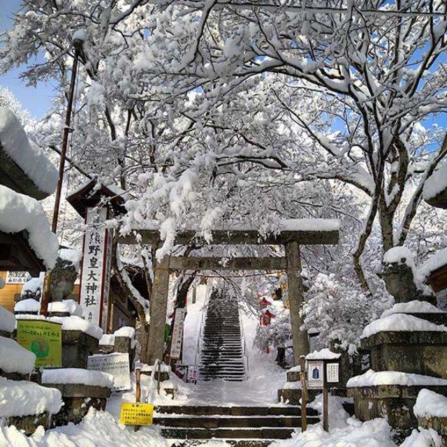 熊野皇大神社入り口、中心を境に左が長野県、右が群馬県
