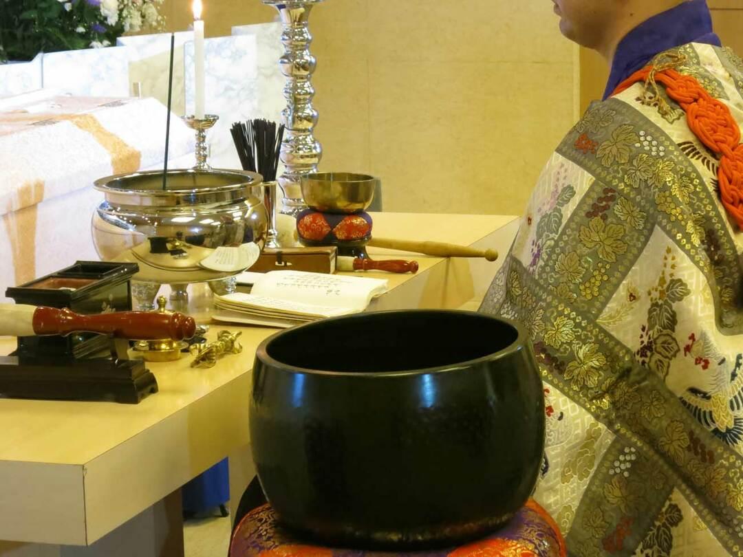 DIY葬儀では、僧侶との交渉もポイントになります。