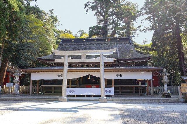 手前に見える建物は拝殿。祭神を祀る本殿は最も奥にある