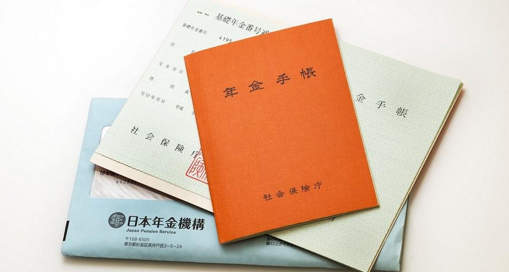 手取りの年金収入が、<br />16年で32万円も減!