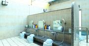 社員旅行でヤンチャトリオが大暴れし浴場破損!賠償と処罰はどうなる?