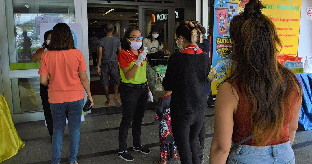 バンコク市内のスーパー入り口