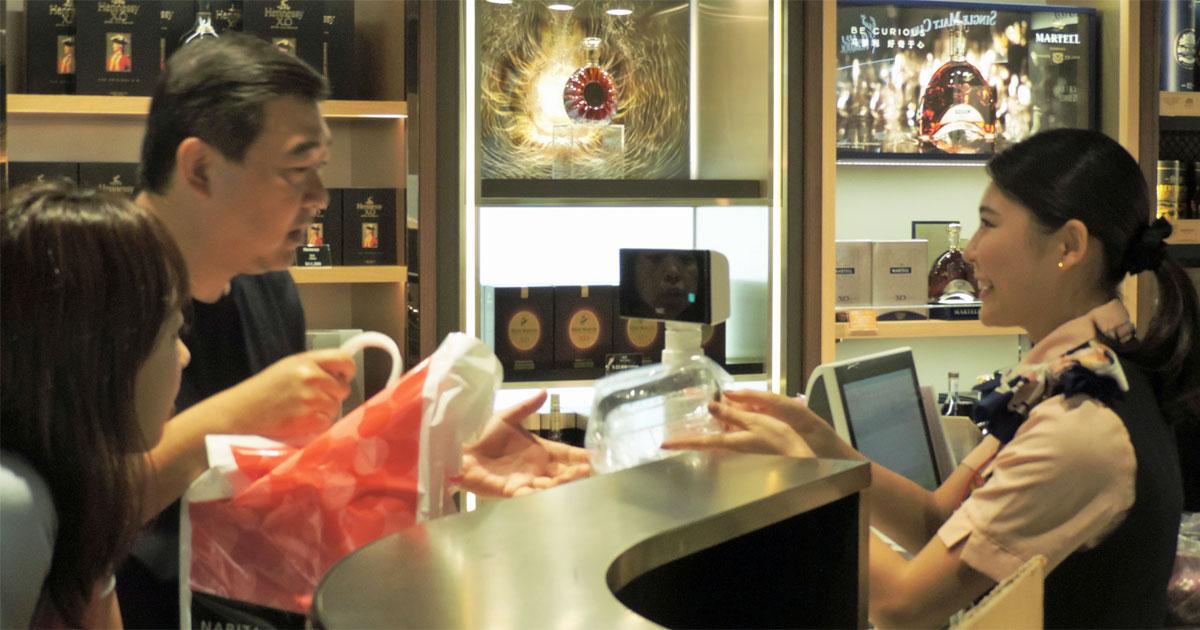 増える中国人店員、訪日客対応に活躍の一方で「落とし穴」も